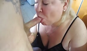 Trigger to the lips of a blonde mommy